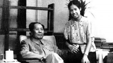毛新宇晒家庭照:毛泽东与儿媳十指相扣(组图)