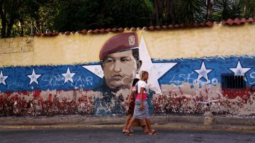 历史上的今天,2月4日:查韦斯——熟读《毛泽东选集》的委内瑞拉独裁者