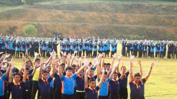 【禁闻】八百马国学生学炼法轮功 开心分享体会