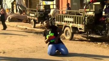 足球像身体一部分 非洲女子杂耍爆红