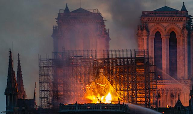 巴黎聖母院大火 烈焰中驚現耶穌身影!(組圖/視頻)